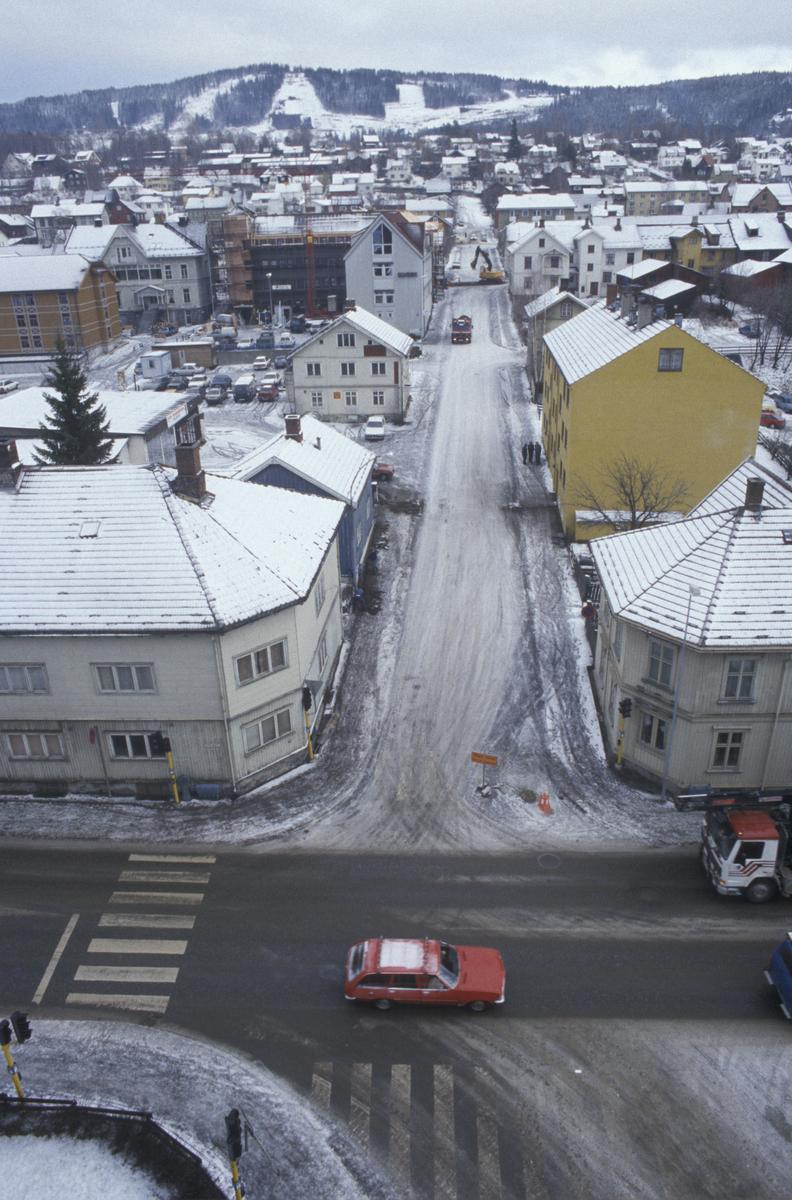Lillehammer, sentrum, veikryss, Fåberggata, Brufoss gate og opp Tomtegata, sett mot øst, tatt fra YK-huset, 8 etg. Gule blokken er Tomtegata 1
