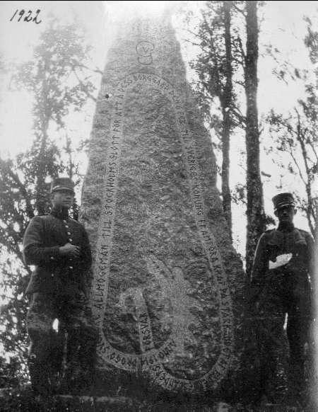 Minnessten över bondetåget 1914, rest i Västergötland.Står på en kulle, på vänster sida, strax efter Tunarps Säteri, riktning Sandhem.