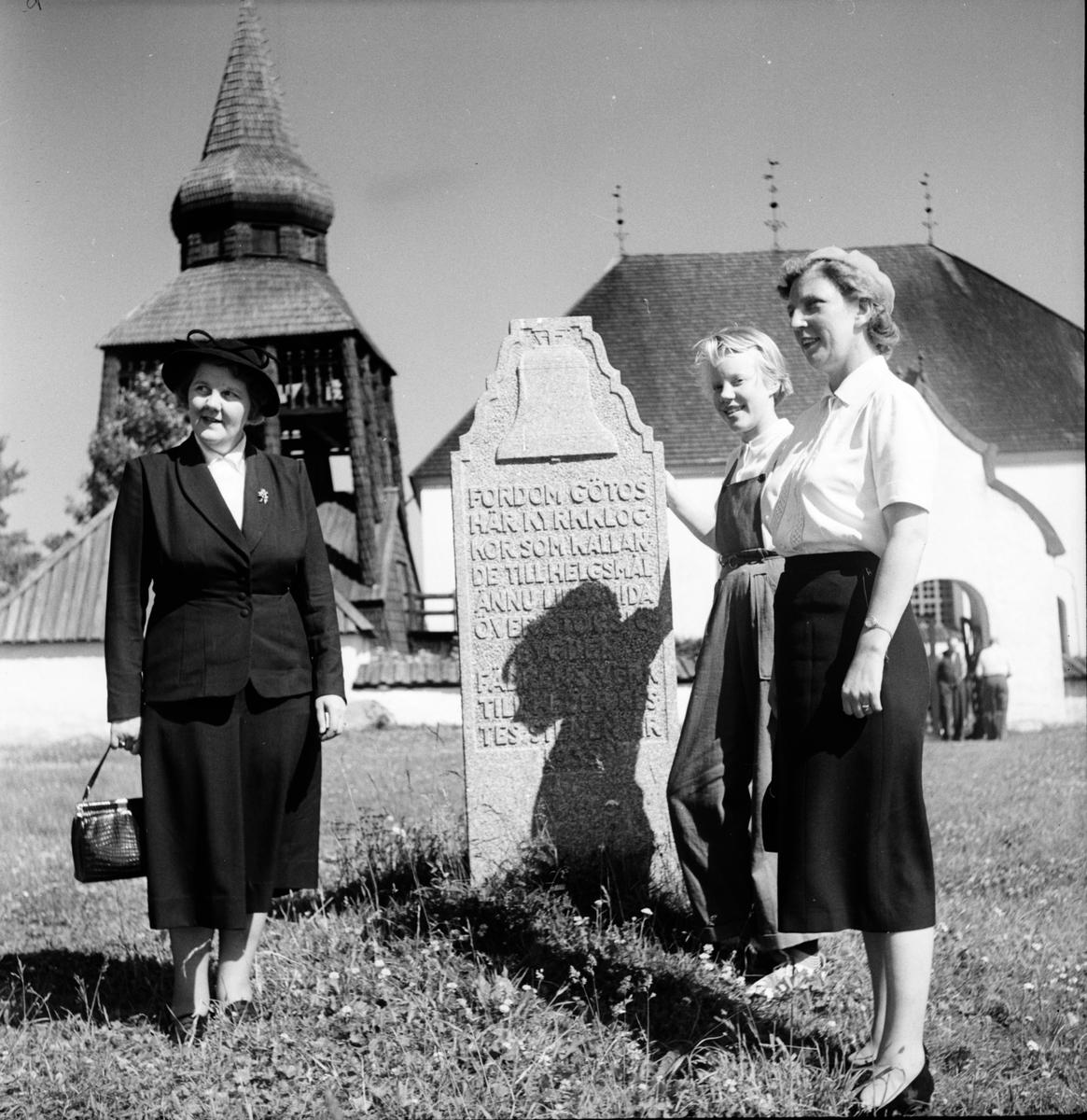 Fjällresa 1951. Tredagarstur till Härjedalen, Jämtland, Medelpad. Vid minnsstenen vid Ovikens G:a kyrka. Elisabet Häger i mitten.