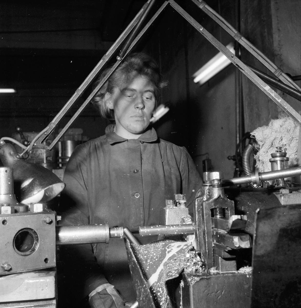 Lingbo verkstäder. Eva Rasmusen svarvar kedjehylsor i en automatisk svarv som averkar hela stången i ett enda moment. 13/11 1958