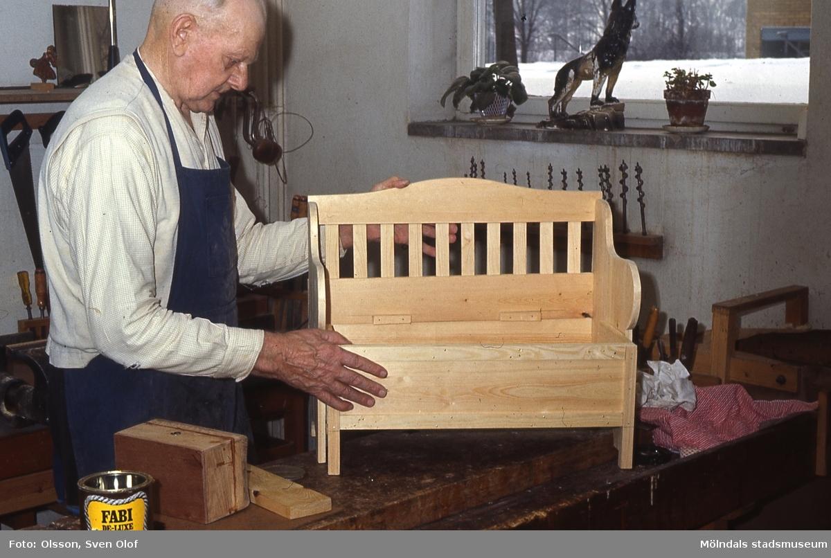 Axel Yhr tillverkar soffor på Lackarebäckshemmet i Mölndal, år 1973. K 2:23.