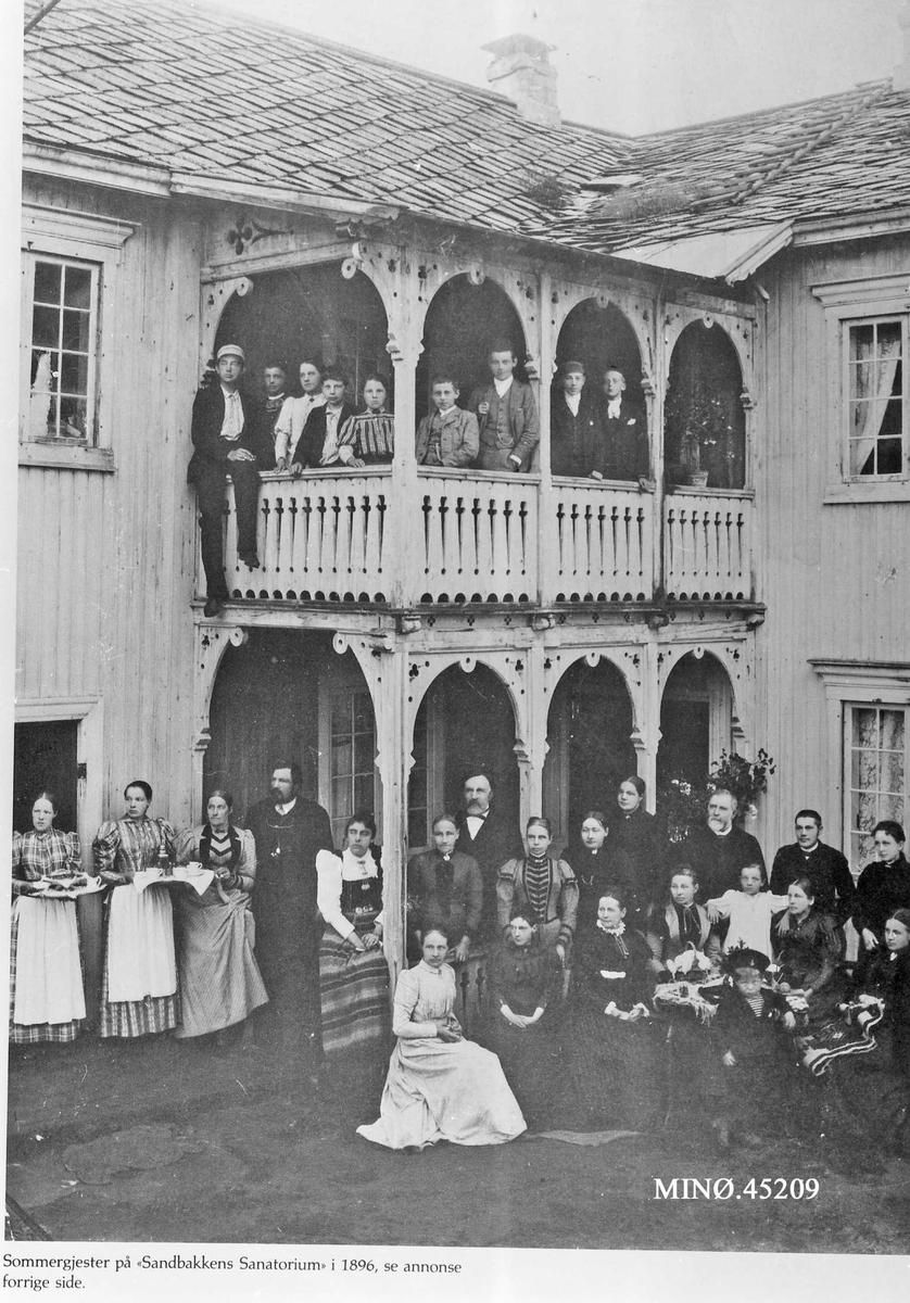"""""""Sommergjester på Sandbakkens Sanatorium i 1896"""". Avisutklipp"""