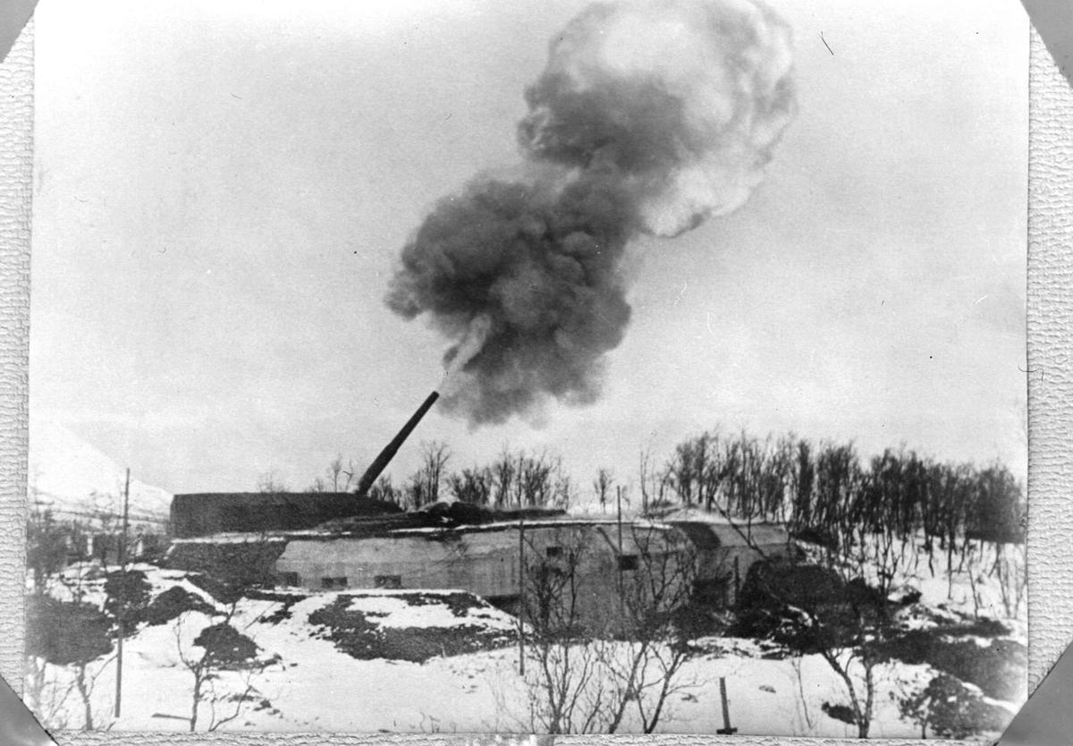 """En av """"Adolfkanonene"""" avfyres."""