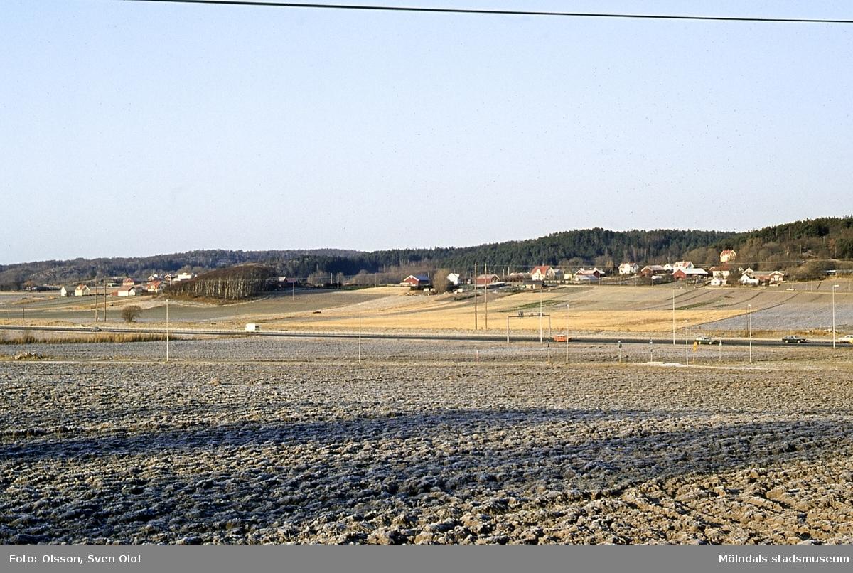 Del av Fässbergs by i Mölndal, år 1981. Till vänster ses Eklanda.