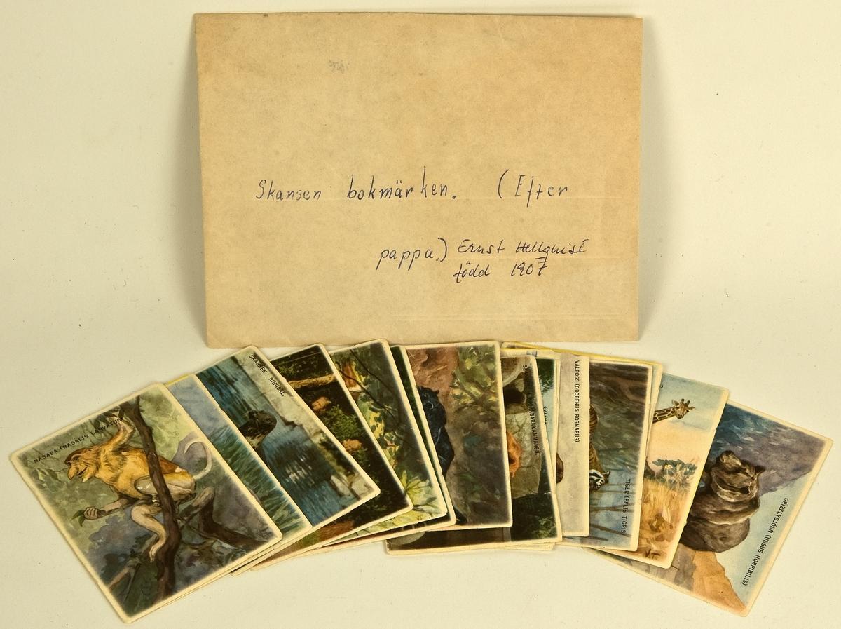 """En samling lösa bokmärken som förvaras i ett kuvert och som genomgående har djur som motiv. På kuvertet står """"skansenbokmärken"""". Samlingen omfattar 15 motiv, en del från Skansen i Stockholm. Har tillhört givaren Maria Hellquists far, Ernst Hellquist, född 1907, Sandviken."""
