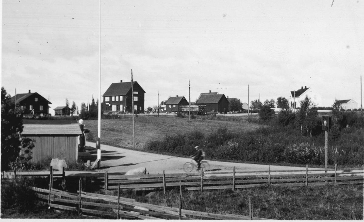 Ådalsbruk, jernbanestasjon, Sandvold, syklist.