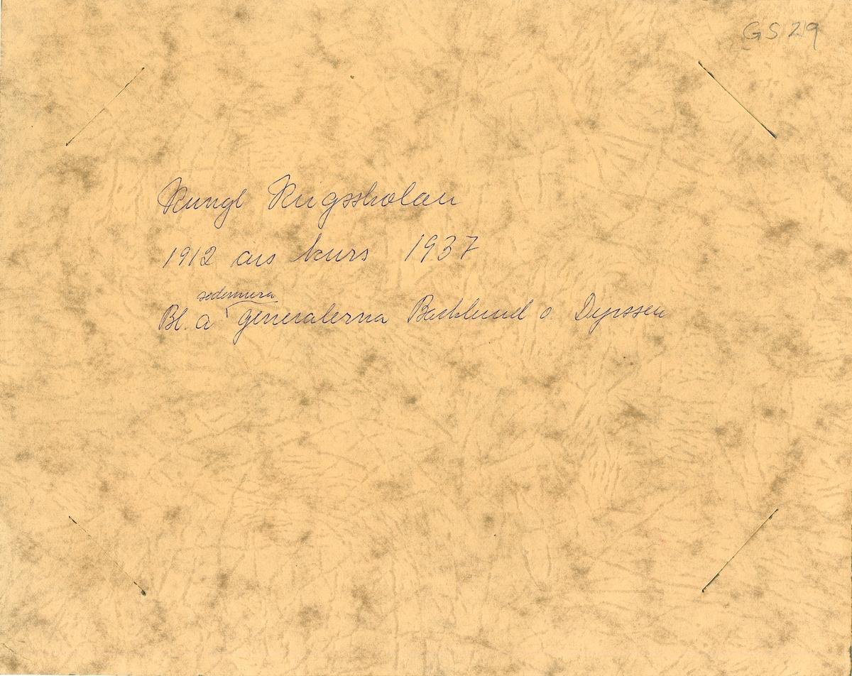 Grupporträtt av 1912 års kurs deltagare på Krigsskolan Karlberg samlad 1937.