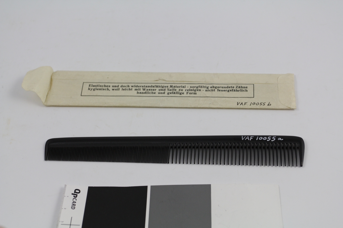 Kam (a) i original papirpose (b). Den ene halvparten fintannet, den andre grovere. Kammen smalner litt mot den fintannede delen. Papirpose av ett stykke papir med trykket tekst (se foto).