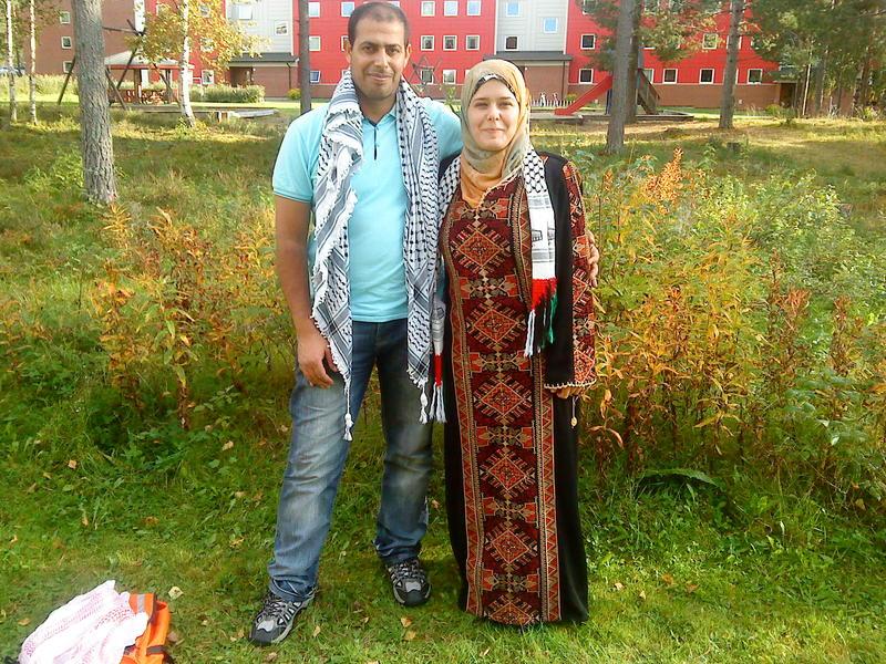 Olfat og Abed, etter at de kom til Norge. Olfat er kledd i en tradisjonell palestinsk kjole.