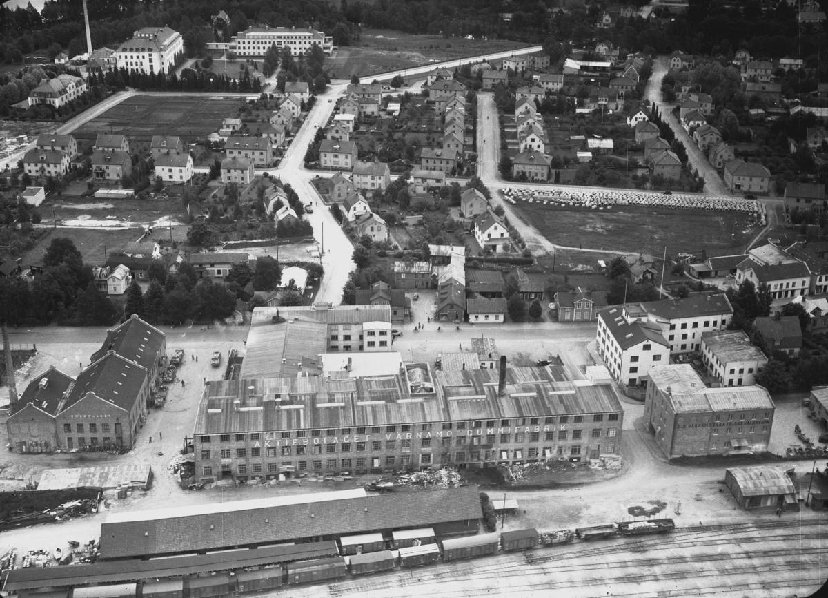 Flygfoto över Värnamo Nr. H. 1870 I förgrunden ser man Värnamo Gummifabrik.