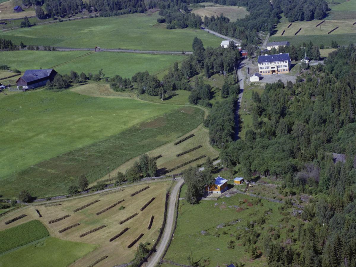 Sør-Fron, Harpefoss skule. Gult bolighus i forgrunnen,