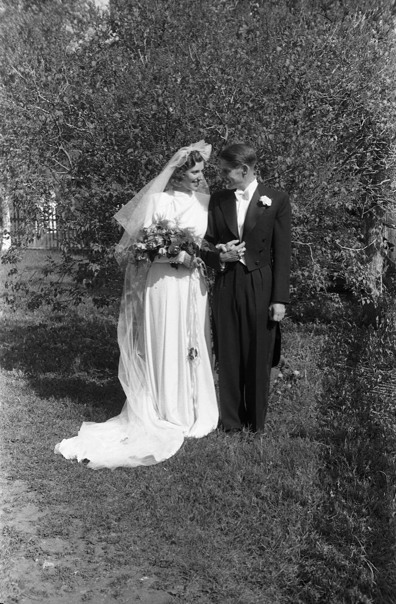 Antatt brudeparet Roar Narum og Vera Gjestvang, mai 1947. Serie på 12 bilder.