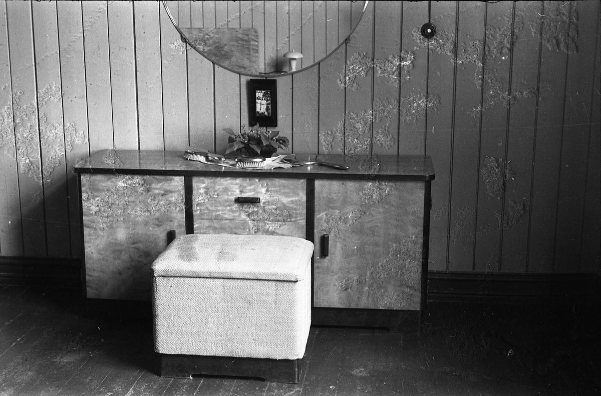 Soveromsmøblement. Fem bilder.