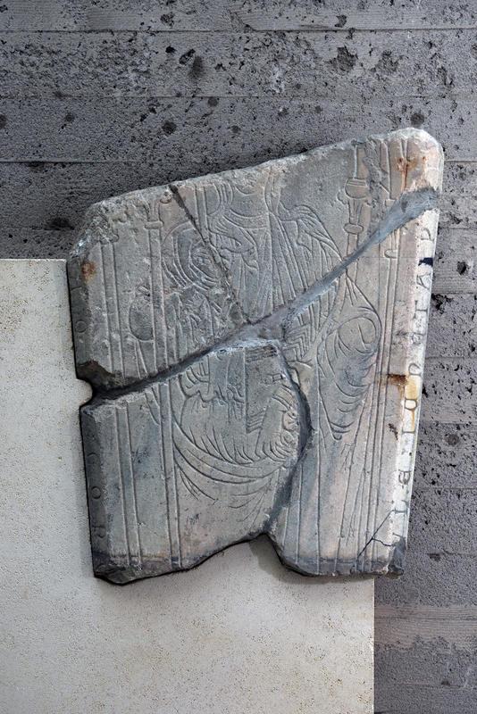 Gravstein fra middelalderen; steinen har motiv av en gotisk kvinne hugget inn. (Foto/Photo)