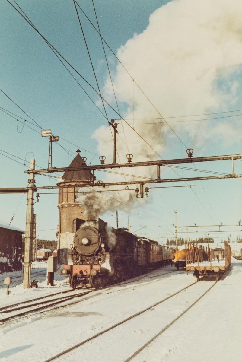 Godstog fra Skreia på Eina stasjon, trukket av damplokomotive type 31b 451.