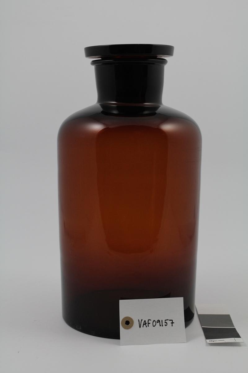 Brun glassflaske med vid hals. Brun propp. Til oppbevaring av pulver og tabletter.