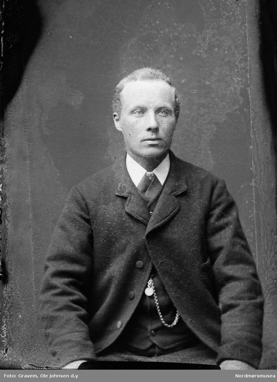 Portrett i halvfigur av Ole Larsen Wennevold (1868-1960). Han var sønn av Lrs Johanssen VVinnavold på bruk nr 1.