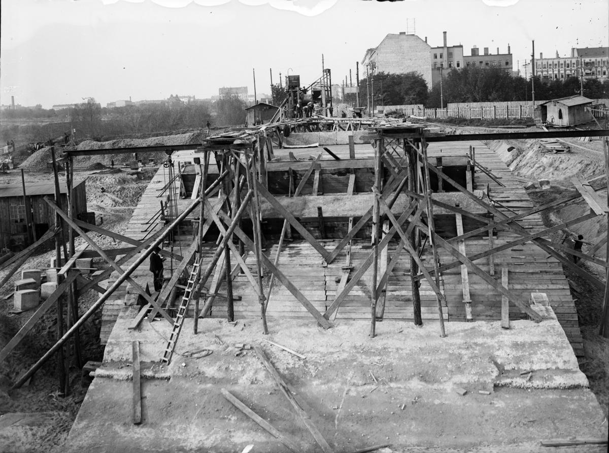 Byggingen av Teltow Kanal, Berlin, Tyskland. Anleggsperiode i fra 1900 til 1906. Stousland deltok i byggingen av kanalen i praksisperioden under studietiden ved Kønigliche Hochschule, Hannover. Han gikk der i fra 1901, og avla diplomeksamen februar 1906.