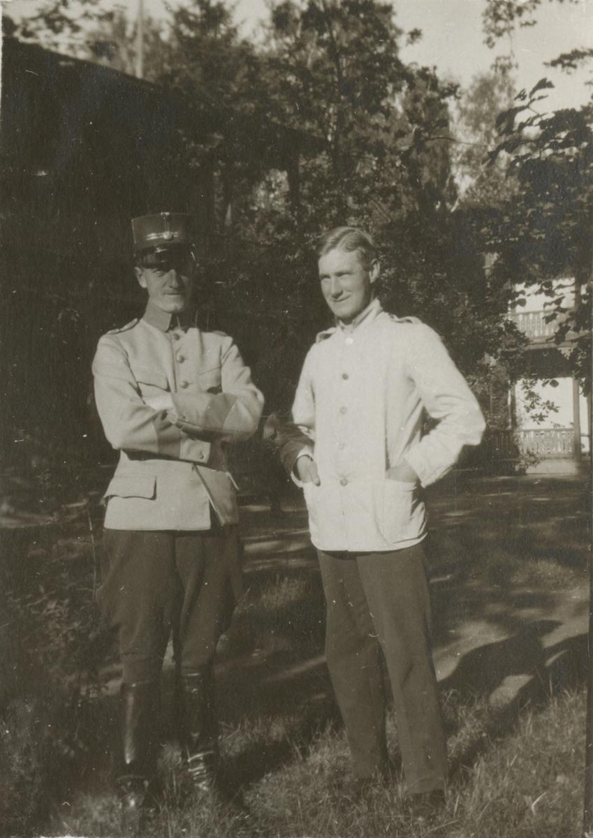 Två soldater vid kasern.