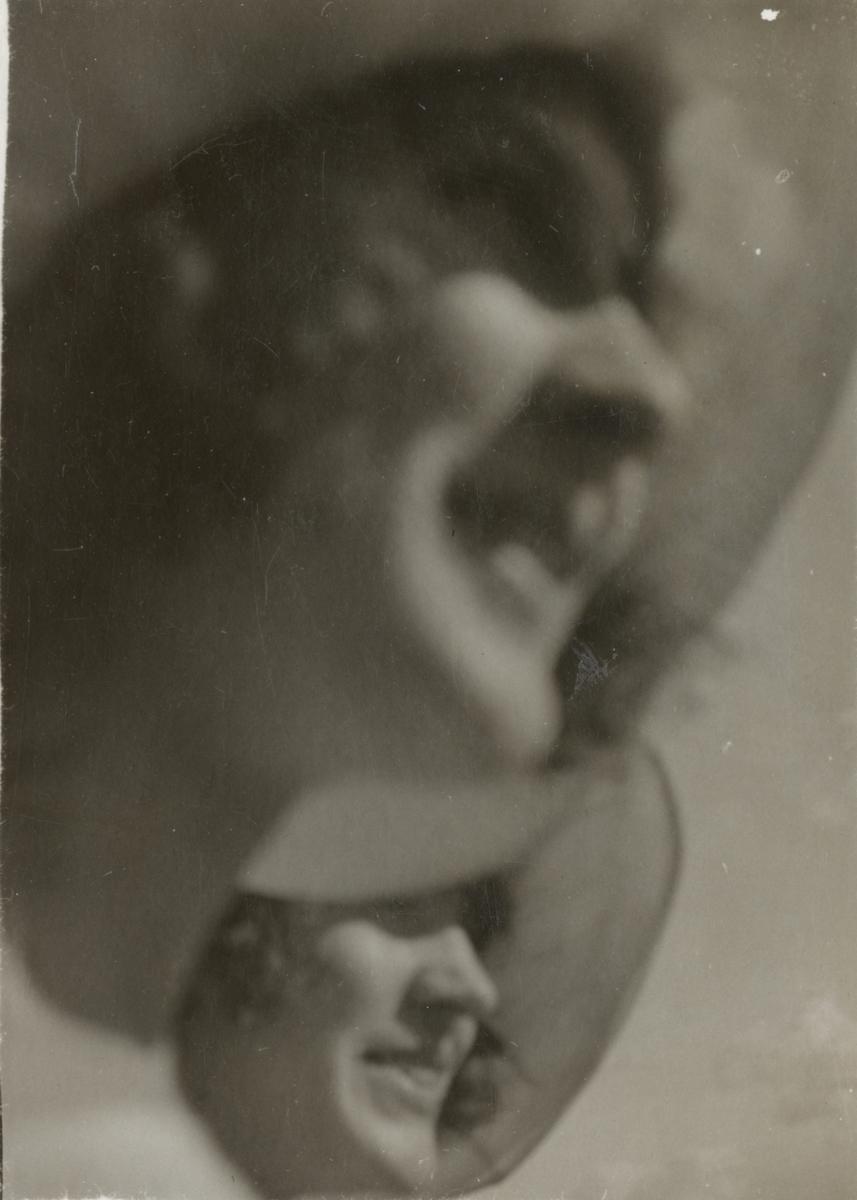 Porträtt med två kvinnor.