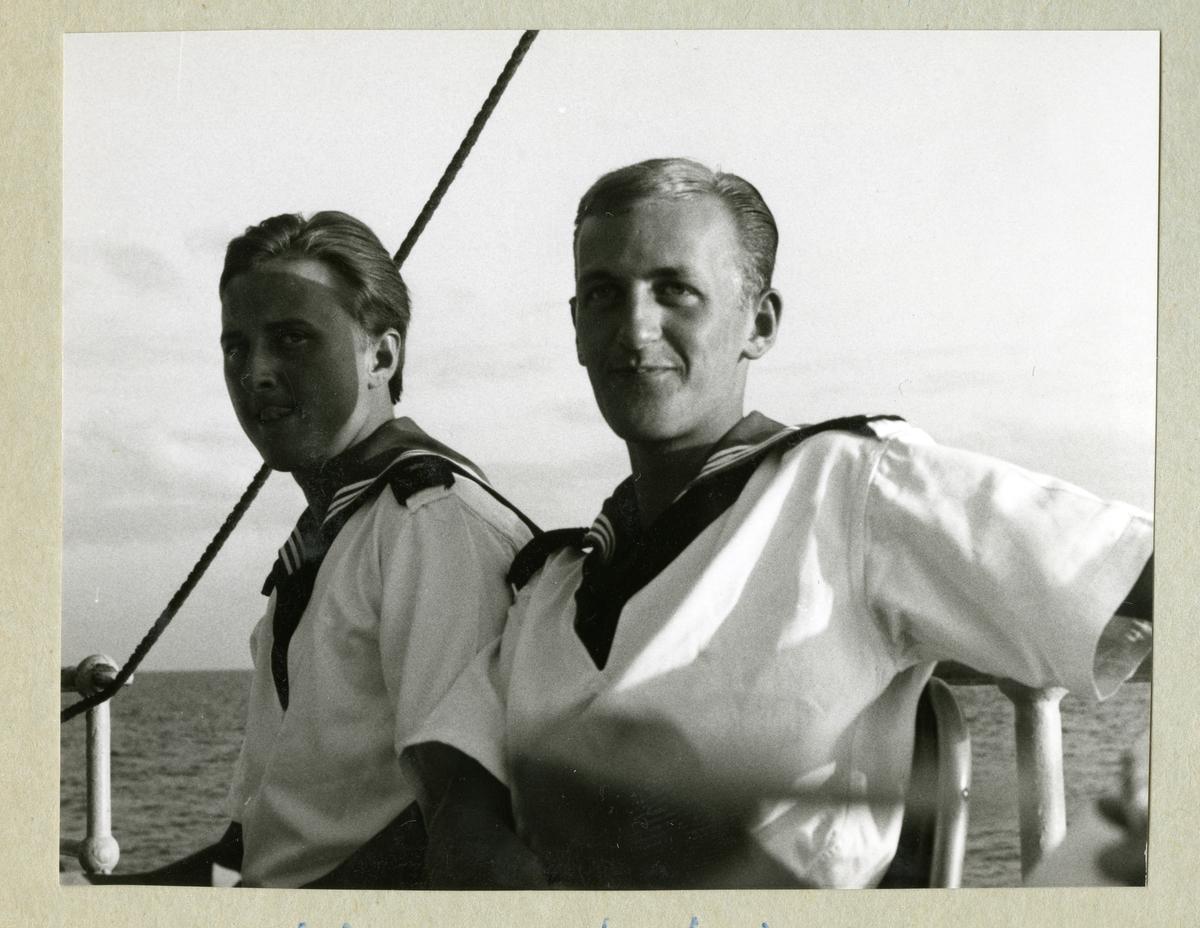 Bilden föreställer en skräddare och frisör ombord på minfartyget Älvsnabben under långresan 1966-1967 i klädda uniform.