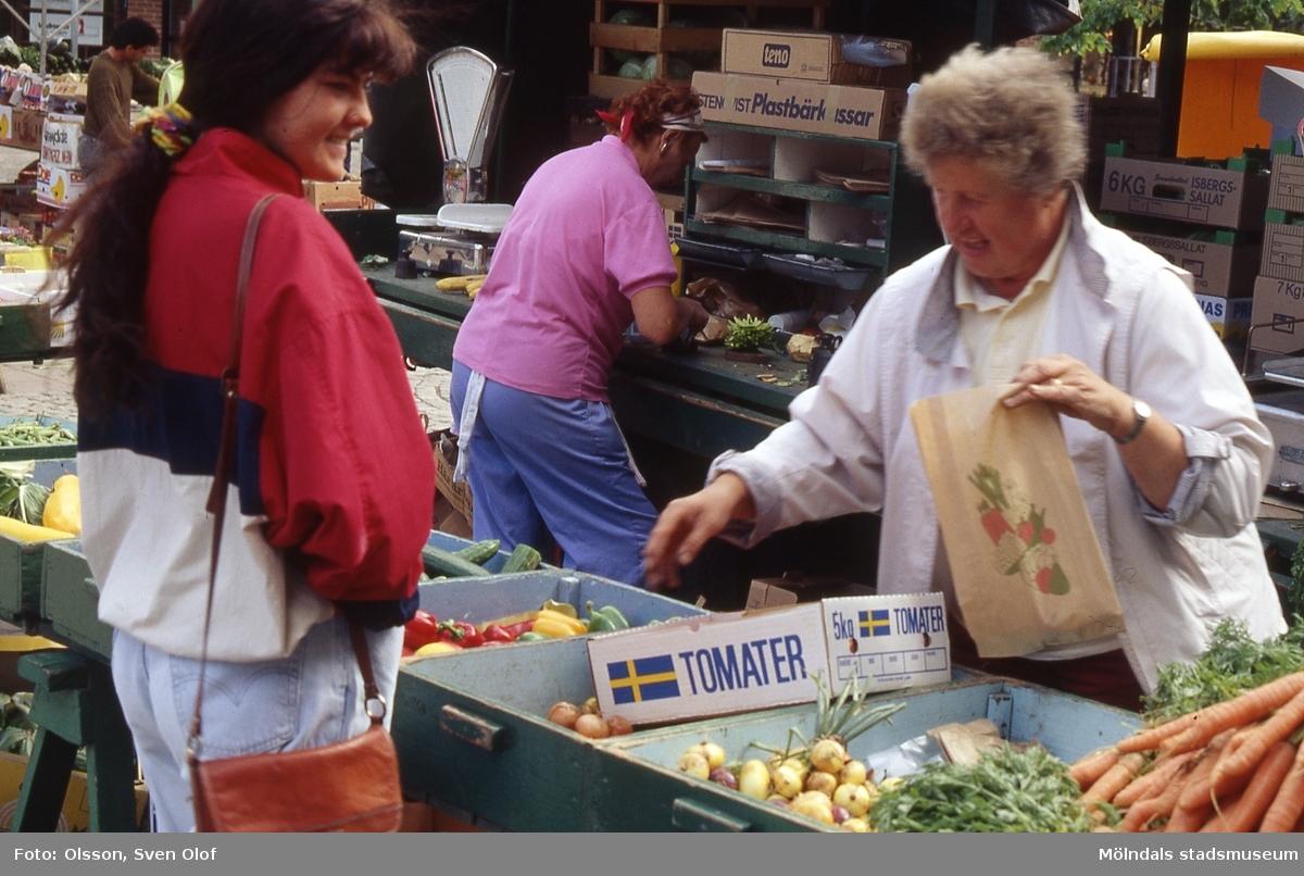 Gun Andersson, Östergården 1, säljer på Mölndals Torg, år 1992.