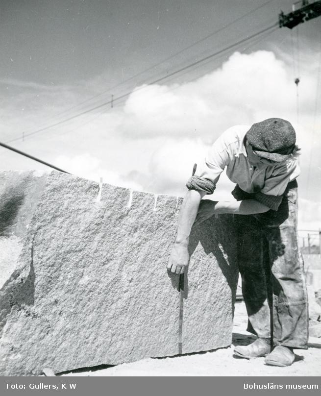Stenhuggare mäter stenblock