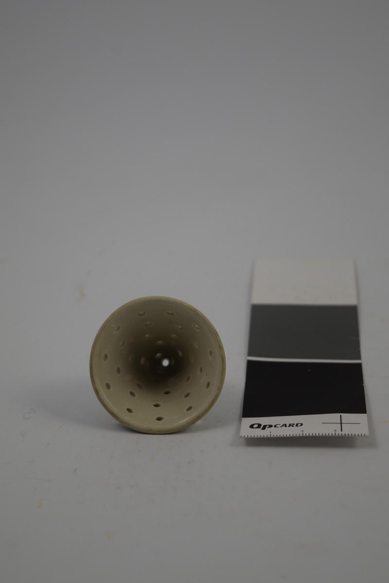 Porselens sil med hull, 2 stk. Brukt til siling av små mengder doser.
