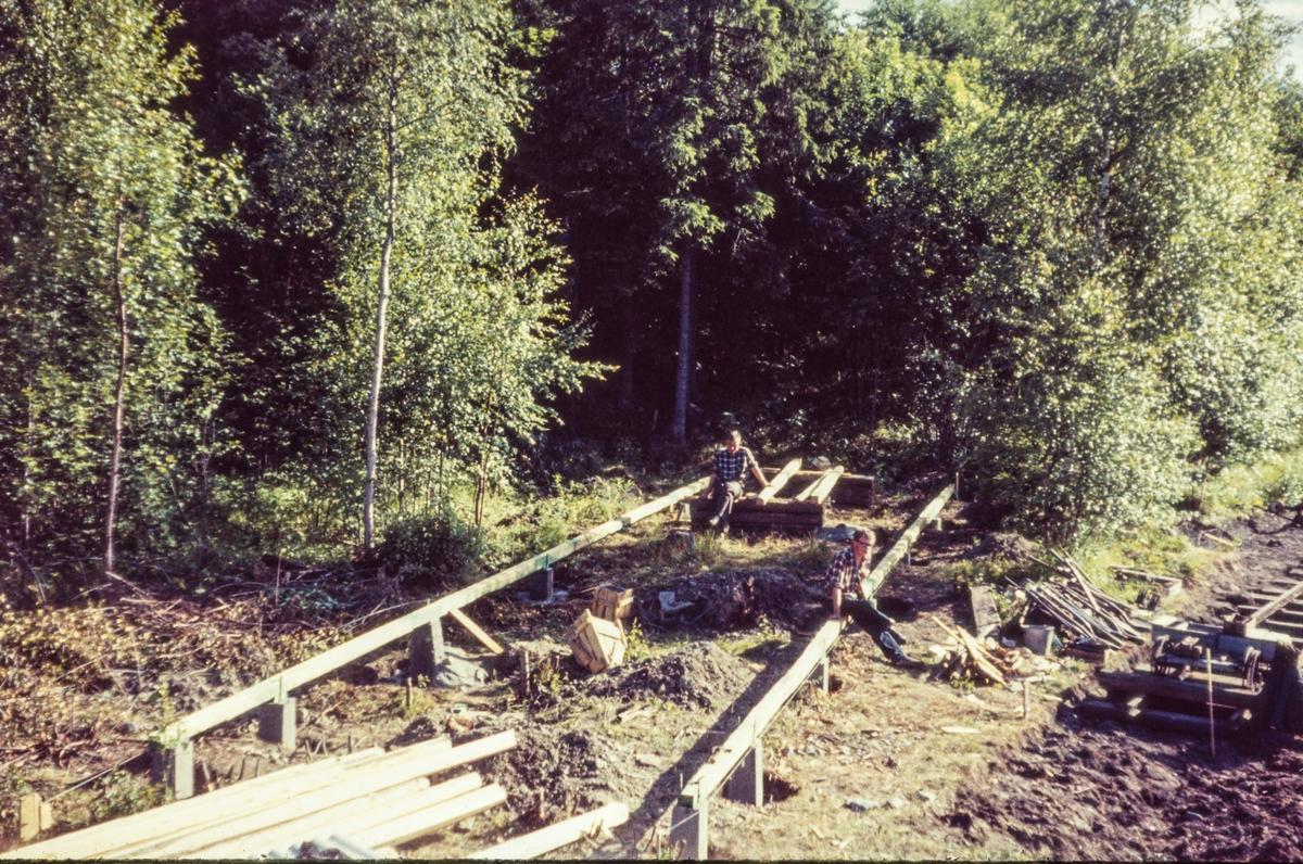 Bygging av lokomotivstall på Bingsfoss stasjon på museumsbanen Urskog-Hølandsbanen.