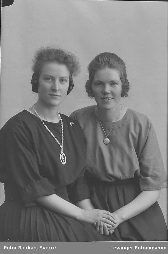 Portrett av to kvinner  En av de to kvinnene er Tora Skjerve.Portrett