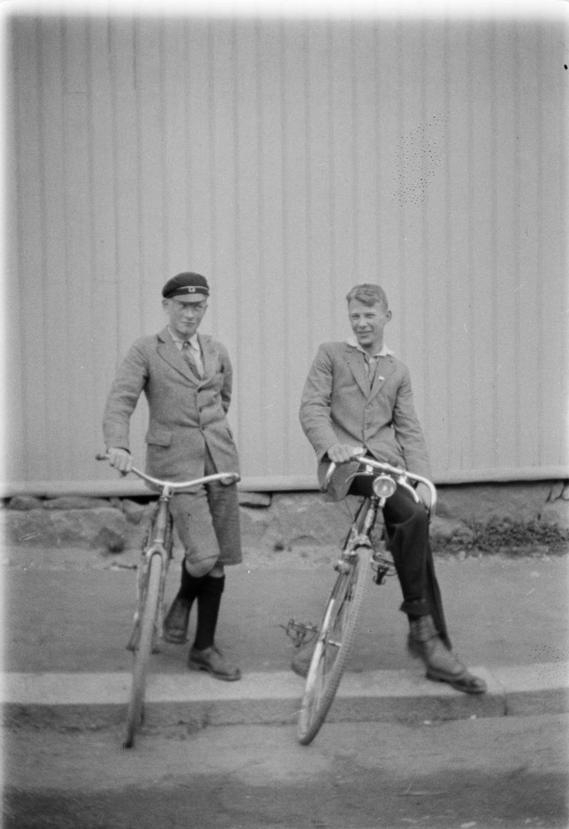 To gutter med sykler.