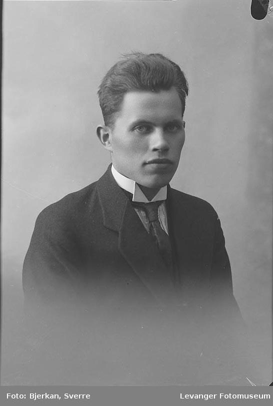 Portrett av Sverre Fjessen.