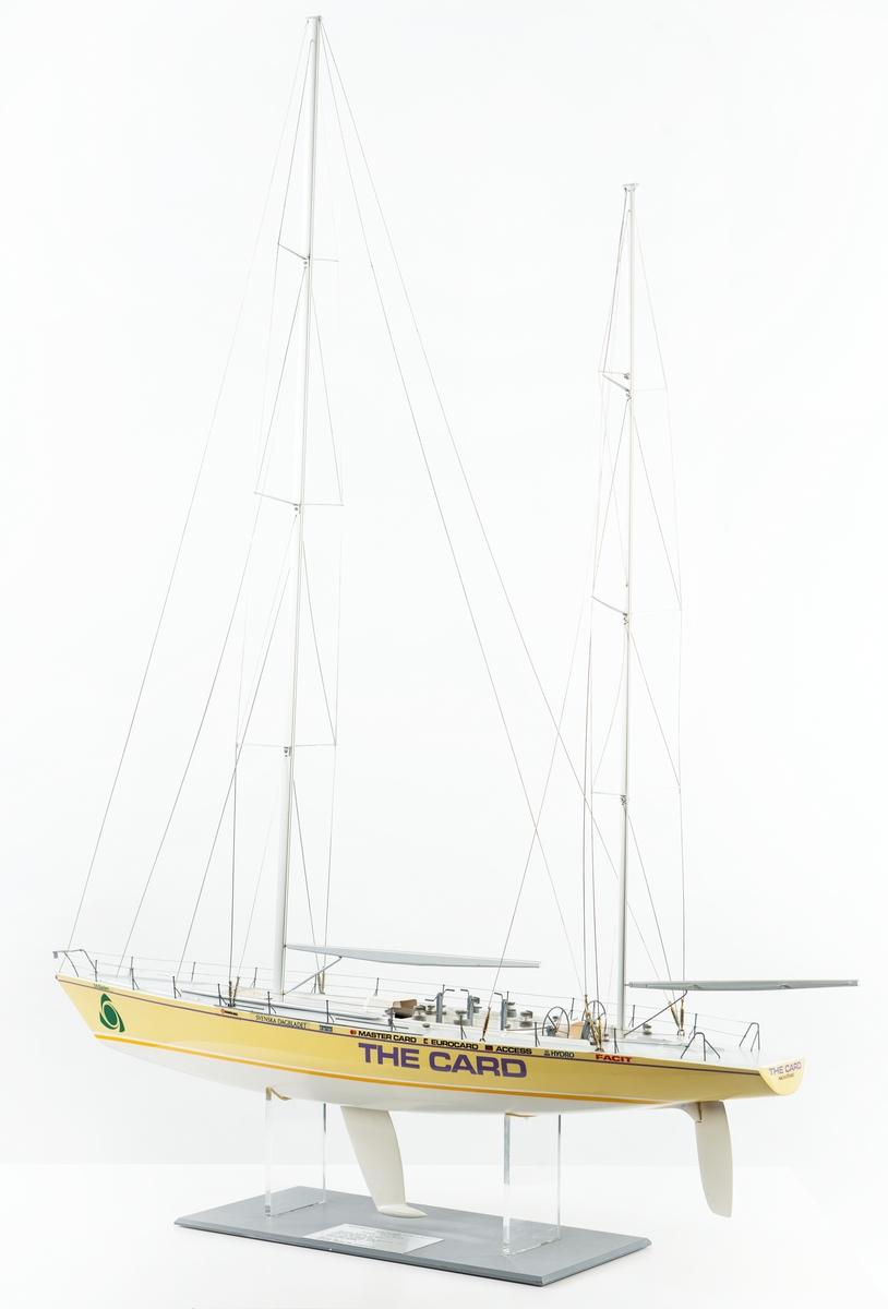 Modell av kappseglingsbåten The Card. Modellen utvecklad av Bo Armstrong, som även stått för färgsättning och grafiskt utförande på originalbåten The Card.