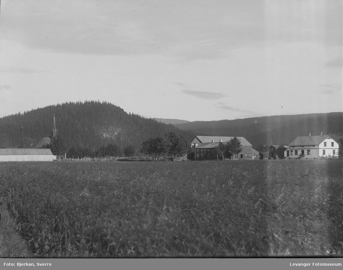 Vuku prestegård med  kirkestallen til venstre.