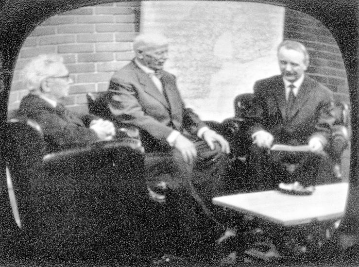 """Fr v: Prof. Lauri Kettunen, """"Nittaho-Jussi"""" Johannes Johansson och Urho Inha i TV i Helsingfors 27/3 1961"""