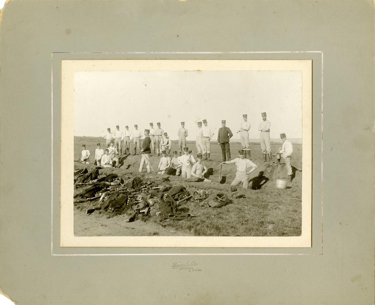 Soldater och officerare från Västgöta regemente I 6 på Axvalla hed 1910.