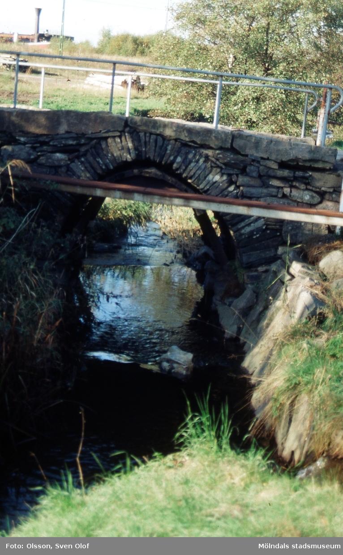 Kärrabro i Mölndal, år 1991. Valvbron över Kålleredsbäcken vid den tidigare infarten till kommunen växthus.