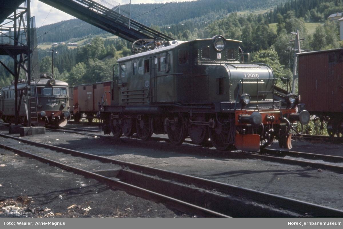 Elektrisk lokomotiv El 1 2020 og El 11.2096 på Ål stasjon