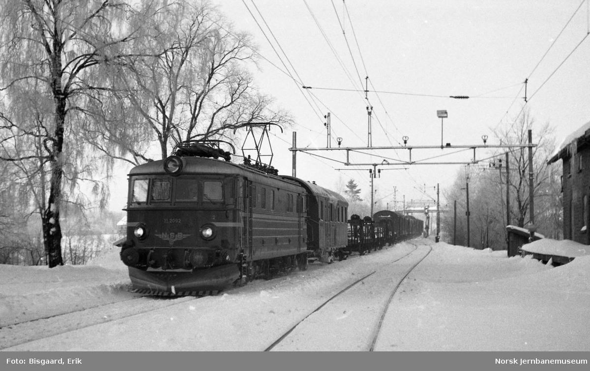Elektrisk lokomotiv El 11 2079 med godstog på Spydeberg stasjon