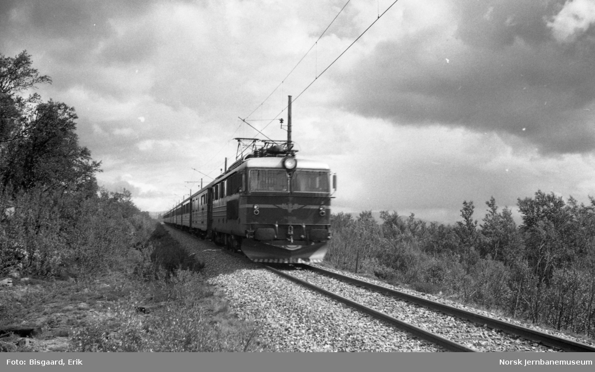 Elektrisk lokomotiv El 14 med sørgående ekspresstog 42 mellom Fokstua og Dombås
