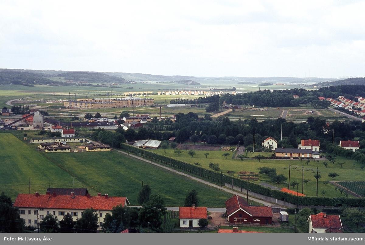 Vy över området Forsåker mot bebyggelse i Åby i Mölndal, år 1965. Kä 2:19.