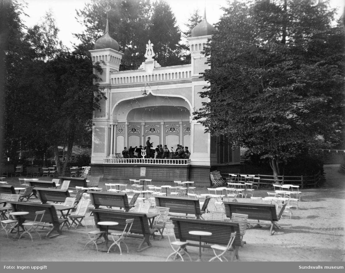 Musikpaviljongen vid sommarrestaurangen Tivoli. Renoverad med nytt utseende någon gång mellan 1915-1918.