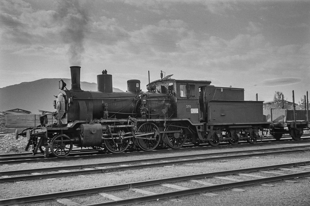 Damplokomotiv type 21b nr. 370 med godstog til Grong på Namsos stasjon.