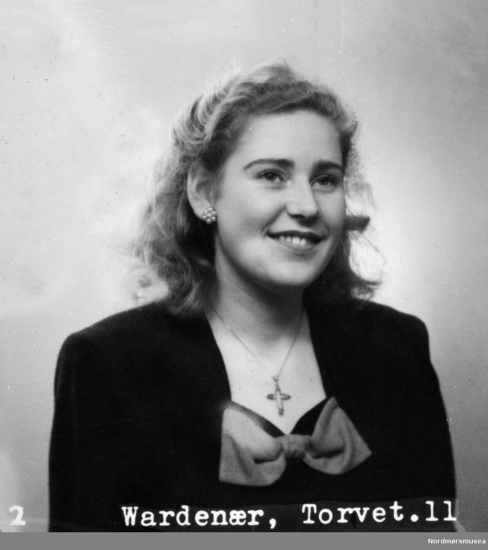 Passbilde, jente. Foto: Wardenær. En samling fotografier funnet i en kommode under riving i 1986 av Heinsagt. 13 i Kristiansund. Samlingen er merket med navnene Emma og Olaf Kristiansen. Fra Nordmøre museums fotosamlinger.