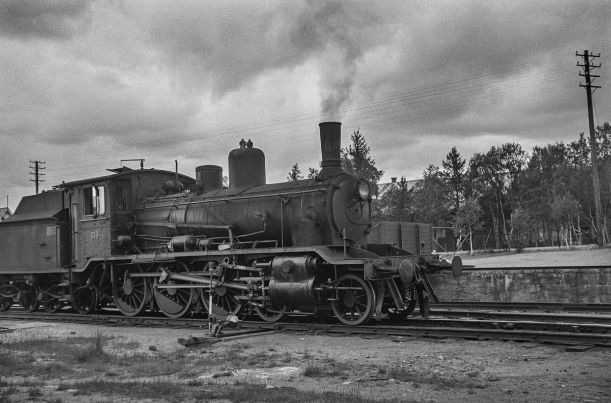 Damplokomotiv type 18c nr. 233 på Røros stasjon.