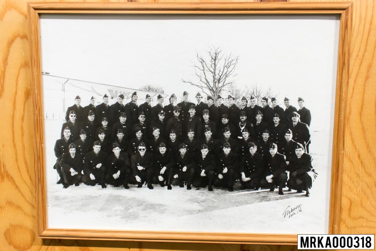 Fotografi taget på befäl och soldater som genomfört grundläggande soldatutbildning på 1:a Batteriet KA 2. Fotografiet taget på Rosenholm KA 2. Flobergs Foto 1986.