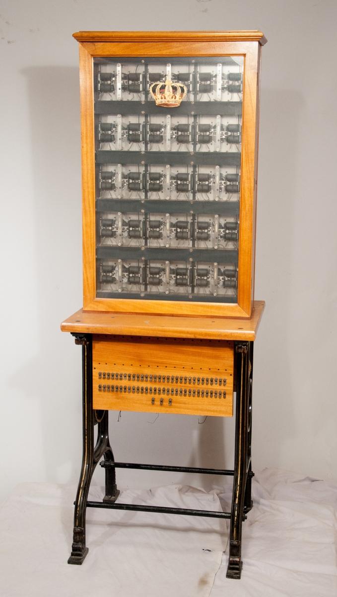 Automatisk telefonväxel, golvmodell för 15 dubbelledningar, med 20-väljare.