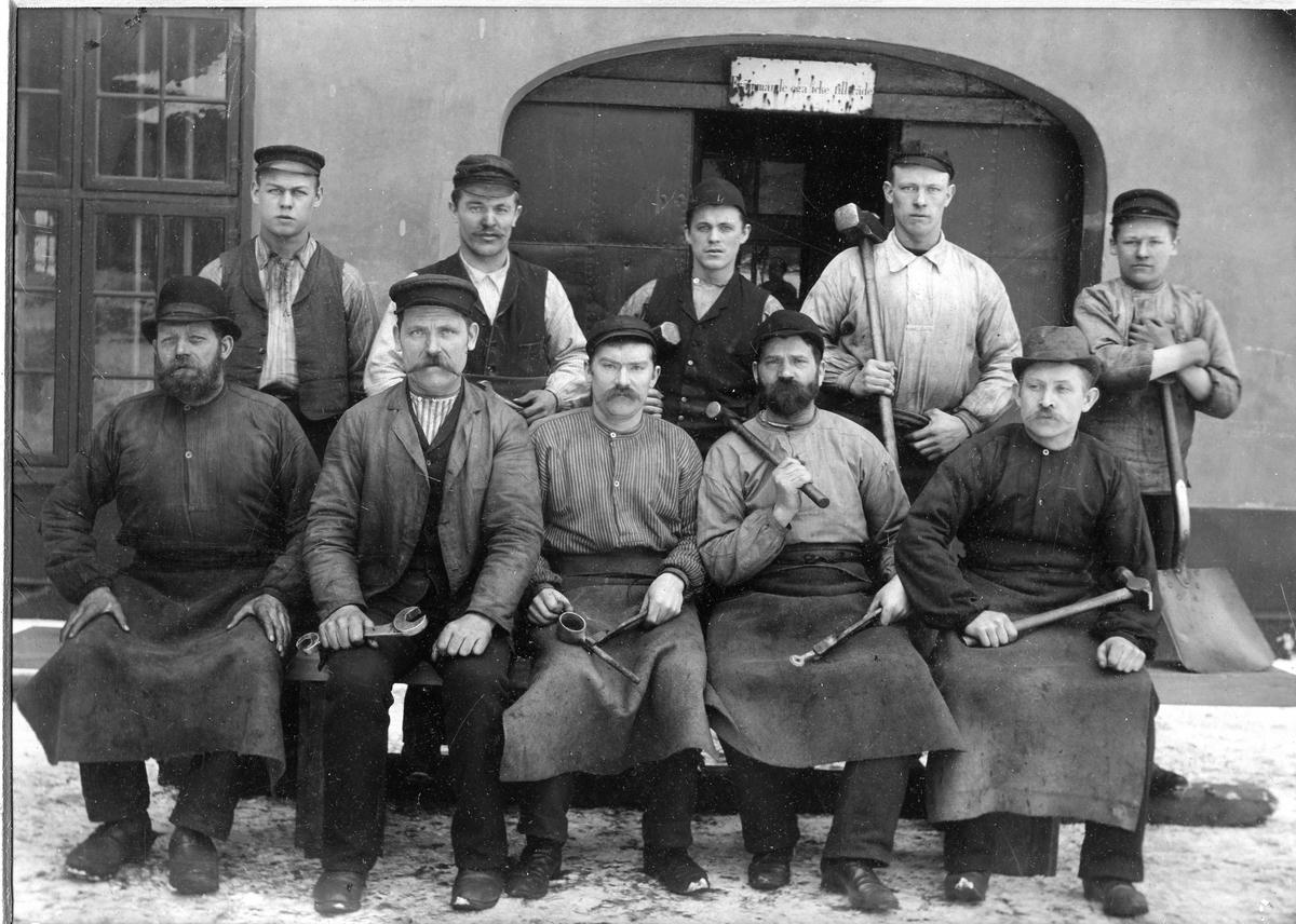 Grupporträtt av hantverkare med verktyg i händerna 1896. För namn, se bild nr. 2.