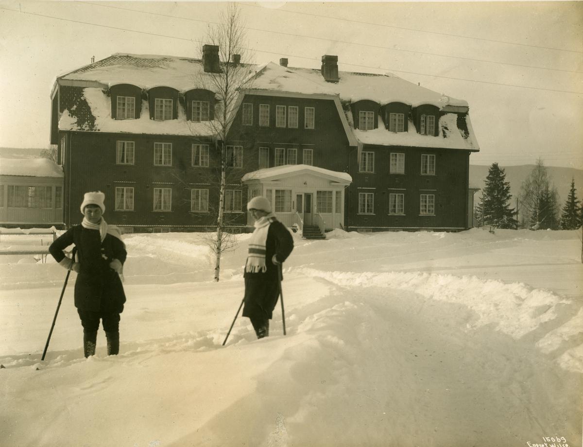 Lillehammer, Lillehammer Turisthotell med to damer på ski i forgrunnen.