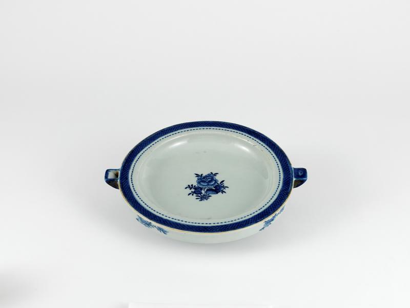 Varmetallerken i blåhvitt porselen fra Kina dekorert i europeisk stil, ca. 1780.  Tallerkenen har dobbelt bunn som ble fylt med varmt vann for å holde maten varm mens man spiste.